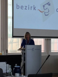 Helga Hügenell, die SPD-Fraktionsvorsitzende, spricht beim Bezirkstagsplenum am 17.7.2018