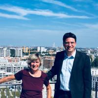Florian von Brunn und Helga Hügenell auf der Dachterrasse